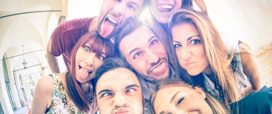 אנשים מצטלמים, עושים פרצופים מצחיקים