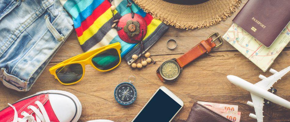חפצים שונים לטיול (כובע, משקפי שמש, דרכון וכו')