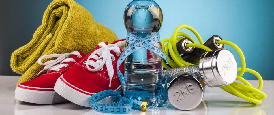 בקבוק מים,נעלי ספורט,משקולות ומגבת