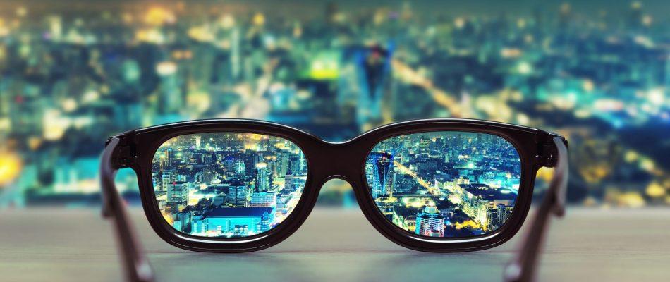 משקיפים על עיר דרך עדשות משקפיים