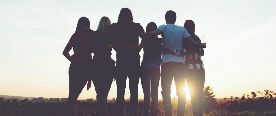 אנשים מתחבקים יחדיו