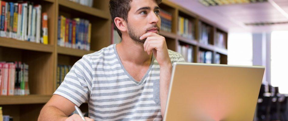 סטודנט לומד עם מחשב ומחברת