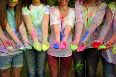 כמה בנות עם צבעים בידיים ועל הבגדים