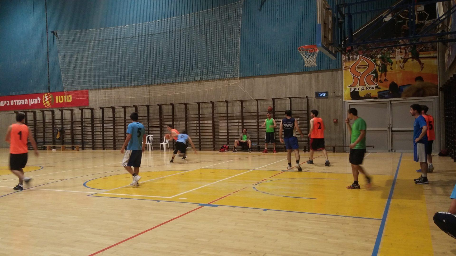 קבוצת סטודנטים משחקים כדורסל