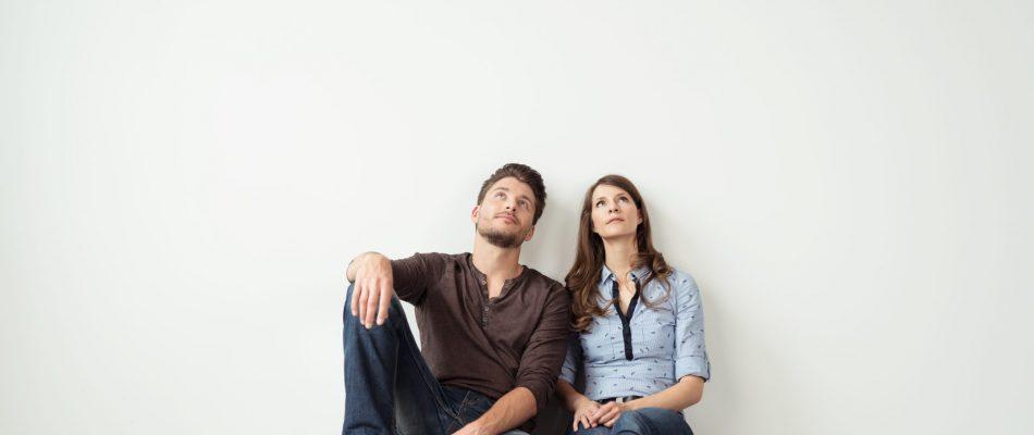 גבר ואישה יושבים על הרצפה אחד ליד השני